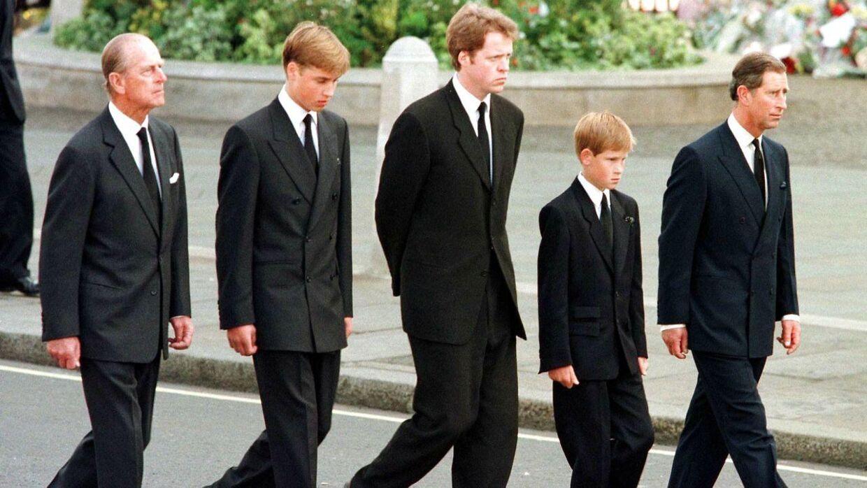 Mange husker nok dette triste billede af prins Harry, der må gå bag sin mors kiste.