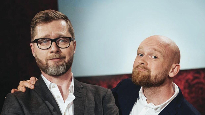 Komiker Lasse Rimmer er stormesteren og Mark le Fevre er hans assistent. Komikerduoen har været med i alle fire sæsoner og fortsætter også sammen i den kommende sæson fem.