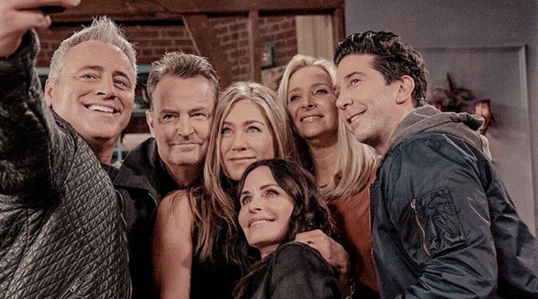 Hovedrollerne tager en selfie i 'Friends: The Reunion'.