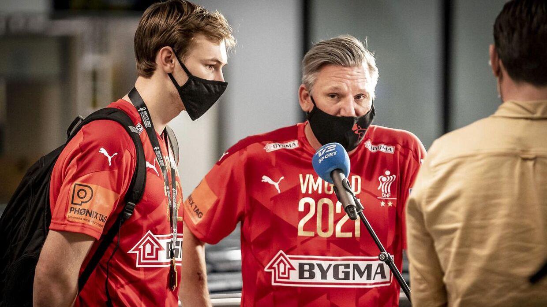 Mathias Gidsel (tv.) sammen med landstræner Nikolaj Jacobsen efter VM-guldet i januar.