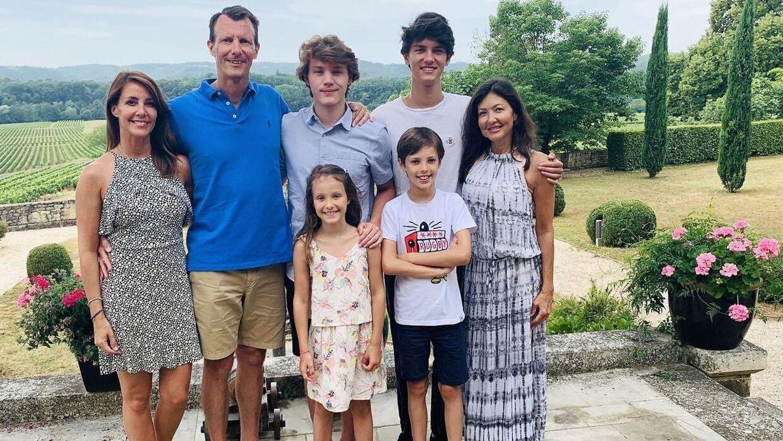 Grevinde Alexandra med sin eks-mand prins Joachim, prinsesse Marie og børnene ved Chateau de Cayx i sommeren 2020 til prins Felix 18-års fødselsdag.