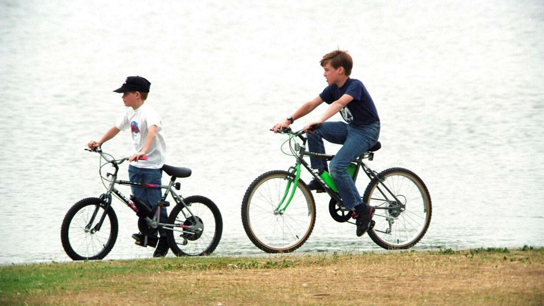 Ifølge britiske medier har prinsen cyklet ganske meget i sin barndom. Her ses han med sin storebror i Kensington Gardens i London i 1993.