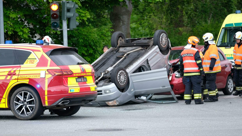 Politiet ved ikke, hvordan den ene bil endte på taget. Heldigvis kom ingen ifølge politiet alvorligt til skade. (Foto: Byrd)