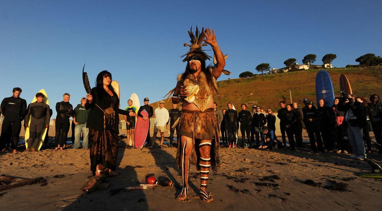 ARKIVFOTO. Mati Waiya og Luhui Isha, der tilhører det oldgamle Chumash-folk, udfører en indvielsesceremoni af stranden Malibu Surfrider Beach, der bliver gjort til et surfing reservat.