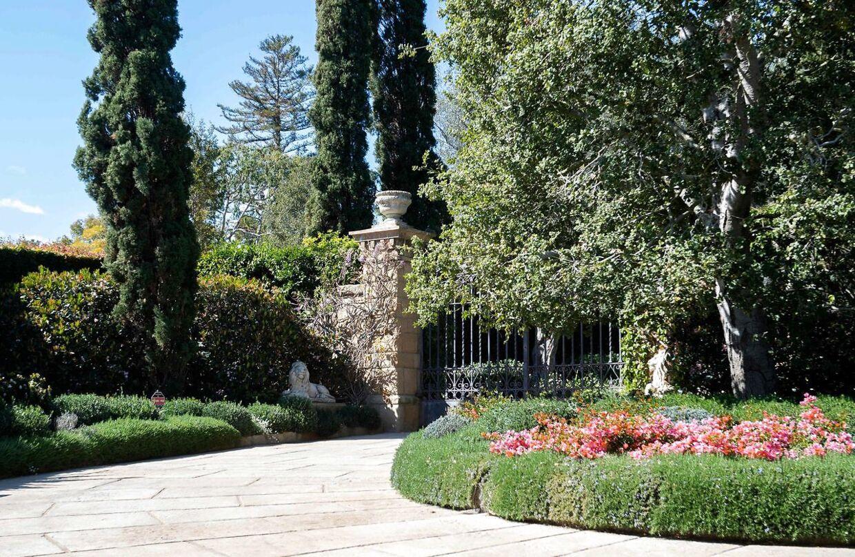 Her ses porten ind til prins Harry og Meghan Markles 90 millioner dyre hjem i det luksuriøse og private Montecito-område i byen Santa Barbara i Californien.