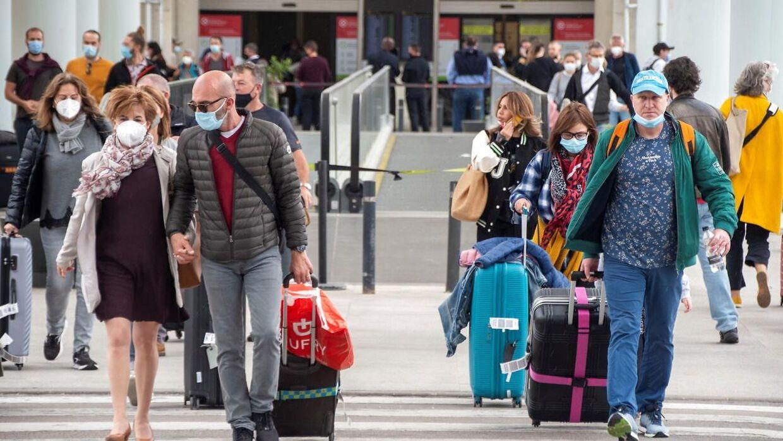 Boardingpass, pakkede kufferter og glade turister kan igen ses i lufthavnen.