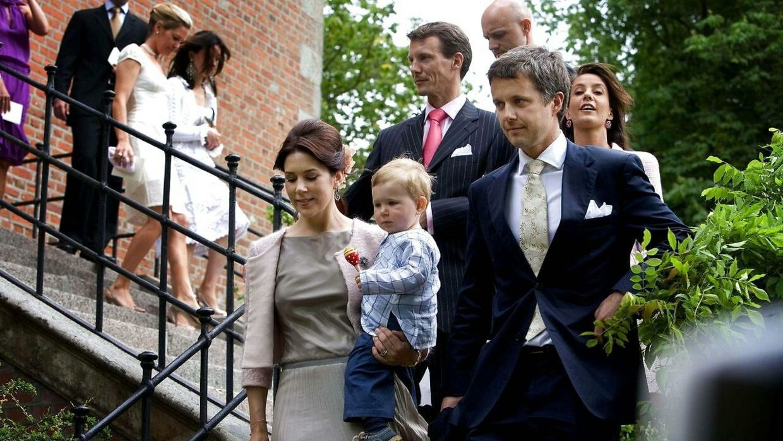 Da Caroline Fleming og hendes mand, Rory Fleming, holdt barnedåb på Valdemars Slot, var der et stort royalt fremmøde. Her ses Kronprinsparret med lille prins Christian.