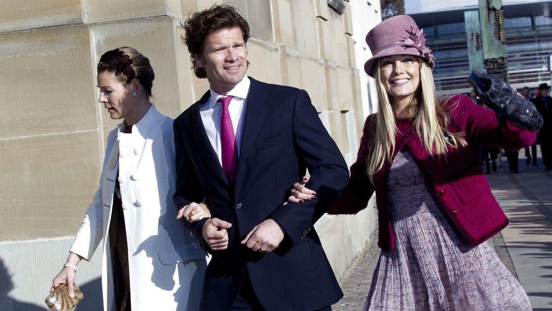Caroline Fleming har tætte forbindelser til Kongehuset. I 2011 blev hun blandt andet inviteret til barnedåben af Kronprinsparrets tvillinger. Her ses hun sammen med 'baronen fra Strandvejen', Johan Wedell-Wedellsborg, samt hans kone, Rebecca Wedell-Wedellsborg.