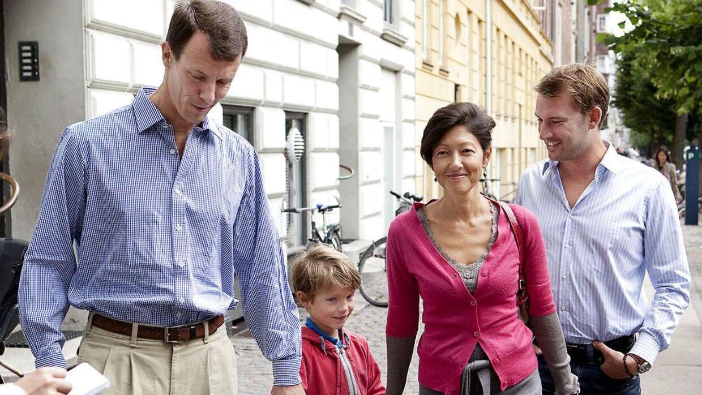 Grevinde Alexandra og prins Joachim viste sig som en moderne skilsmissefamilie. Her er det prins Felix første skoledag, og både prins Joachim og grevindens nye mand, Martin Jørgensen var med.