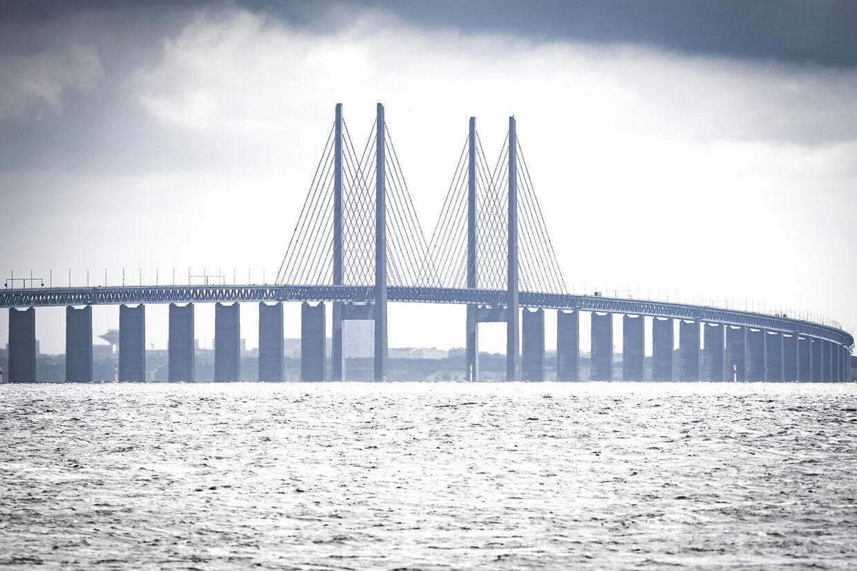 Øresundsbroen. Danske eksperter er helt uenige med svenske Anders Tegnell om på hvilken side af Øresund man nemmest bliver smittet med corona.