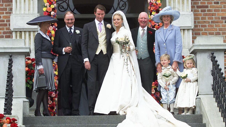 Caroline og Rory Fleming blev gift i 2001 på Valdemars Slot. Til venstra for brudeparret ses hendes far, lensbaron Niels Iuel-Brockdorff, mens Rory Flemings forældre ses til højre.