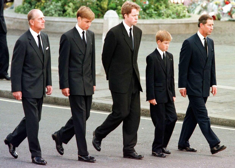 Prins Phikip, prins William, Earl Spencer, prins Harry og prins Charles går bag prinsesse Dianas kiste ved begravelsen i 1997.