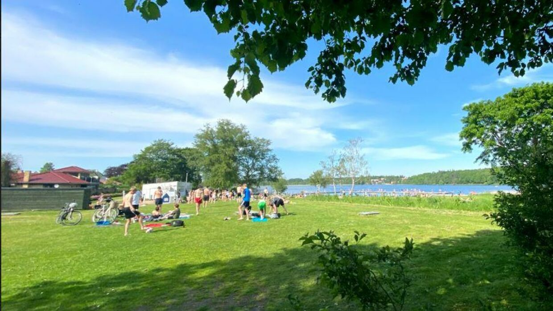 Flere hundrede unge mennesker samles til fest, druk og høj musik ved Nørresøbadet om sommeren. Til irritation for naboerne.
