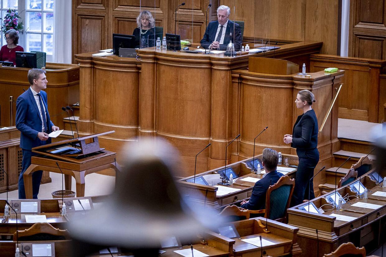 Statsminister Mette Frederiksen besvarer spørgsmål i salen fra Dansk Folkepartis Kristian Thulesen Dahl, onsdag den 13. januar 2021.