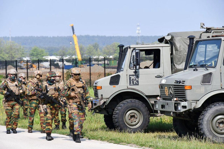 Hundreder af tungtbevæbnede militærfolk søger fortsat efter Conings over hele Belgien.