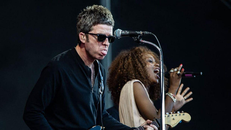 Både Liam og Noel Gallagher har fortsat med at synge og optræde, selv om de ikke længere spiller sammen som Oasis. Her er det Noel Gallagher, der spiller ved en festival.