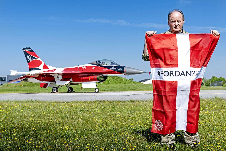 Bjørn, Crew Chief, Fighter Wing Skrydstrup har ansvaret for Danmarks nok dyreste dannebrogsflag, F-16 jageren Dannebrog, der sin tid kostede i omegnen af 150 millioner.