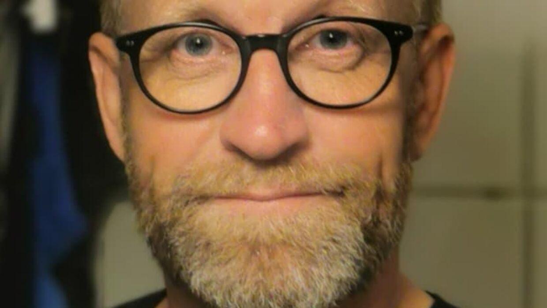 57-årige Alan Gottschack Stougaard efterlyser to unge fyre i et Facebook-opslag efter en dramatisk togtur fredag.