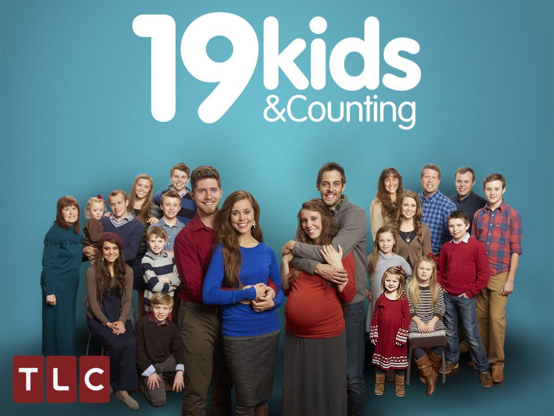 I '19 Kids and Counting' ventede Jill Duggar og Derick Dillard (parret forrest til højre) deres første barn, sønnen Israel, der i dag er seks år og har fået lillebroren Samuel.