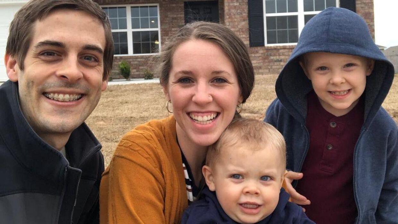 Derick Dillard, Jill Dillard og parrets to børn, Samuel og Israel, foran familiens hjem i USA.