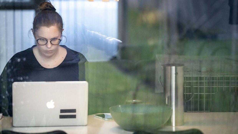 Kvinders stemme opfattes mindre langt karismatisk over en onlineforbindelse end mænds, fordi mange nuancer og detaljer i det talte sprog fra kvinder rent teknisk går tabt.