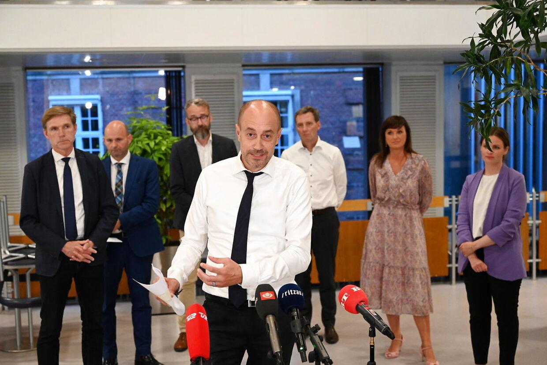 Præsentation af aftale efter Genåbningsforhandlinger i Justitsministeriet i København, natten til torsdag den 10. juni 2021. Genåbningen af det danske samfund er diskuteret, efter covid-19 nedlukningen. Der er blandt andet diskuteret udfasning af coronapas og mundbind.