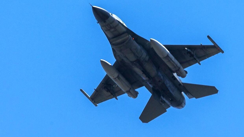 ARKIVFOTO af et F-16-fly.