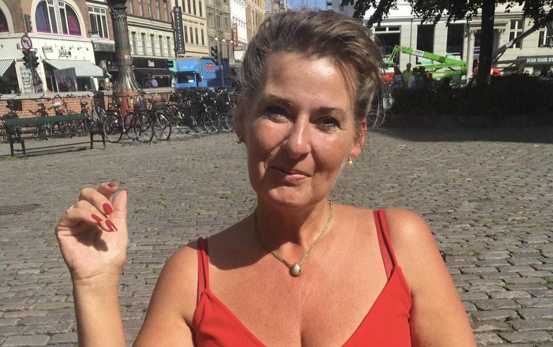Læerke Jørgensen glæder sig over, at hendes plejedatter Rikke formentlig får en mindeværdig oplevelse i Per Kildegaards opsigtsvækkene bil, når den 13-årige skal konfirmeres til august.
