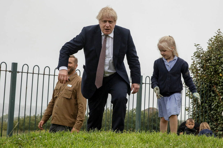 Boris Johnson på besøg i Cornwall før topmødet starter. Han har også meget på spil