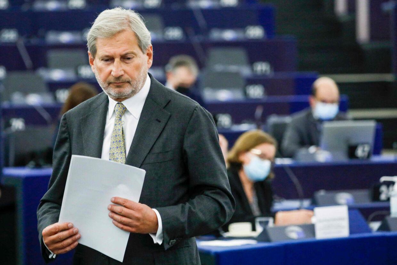 EU's budgetkommissær, Johannes Hahn, forklarede onsdag i EU-Parlamentet, hvordan EU-Kommissionen ser på retsstatsmekanismen. Men EU-Parlamentets tålmodighed er brugt op. De truer med en retssag. Julien Warnand/Ritzau Scanpix