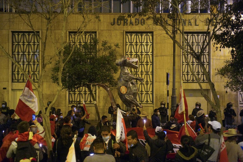 Tilhængere af venstrefløjskandidaten Pedro Castillo havde onsdag aften lokal tid samlet sig udenfor Perus nationale valgkommission, mens de venter på det endelige valgresultat. Castillo har en snæver føring, men den konservative Keiko Fujimori hævder, at der er store uregelmæssigheder. Alessandro Cinque/Reuters