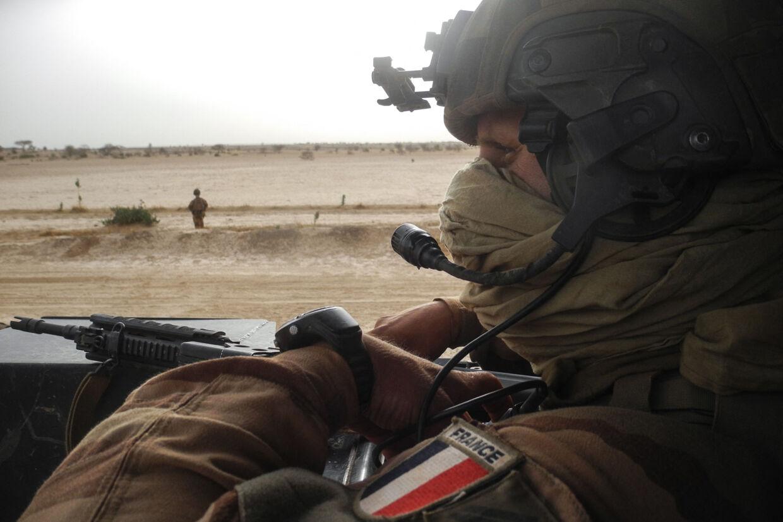 En fransk soldat betragter vejen mellem Gossi og Hombori i den del af Mali, hvor de franske styrker befinder sig. Frankrig vil fremover stadig være til stede i Mali, men i en anden form. (Arkivfoto) Daphne Benoit/Ritzau Scanpix