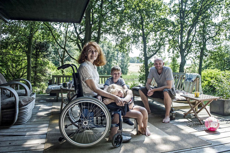 Efter ulykken i 2014 var Bodil Jørgensen for en tid afhængig af kørestol. Her ses hun med manden Morten og deres to børn Østen og Rigmor.