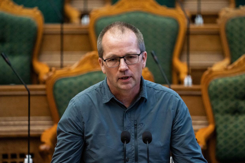 Peder Hvelplund, Enhedslistens klimaordfører, forklarer, at partiet vil udlægge et areal på størrelse med Fyn og tre gange Bornholm til skov, græs og uberørt natur. Han kender dog ikke prisen endnu, og partiet har ikke et præcist bud på, hvor det skal ligge.