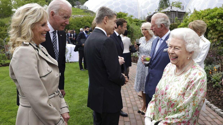 Den royale britiske charmeoffensiv så ud til at virke. Her hygger dronning Elizabeth sig gevaldigt med Joe og Jill Biden.
