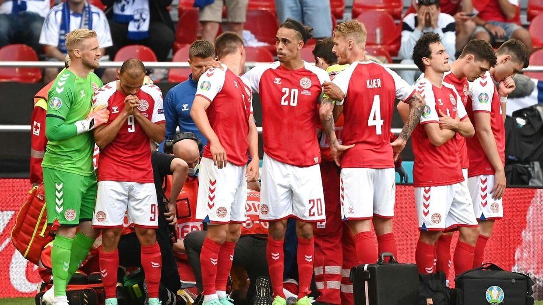 Landsholdet reagerede lynhurtgt, da Christian Eriksen faldt om. De rykkede sammen og skærmede deres holdkammerat.
