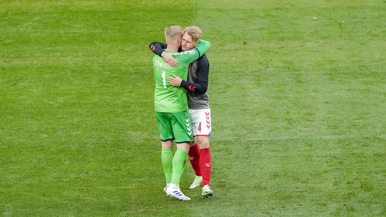Simon Kjær sammen med Kasper Schmeichel efter dagens kamp.