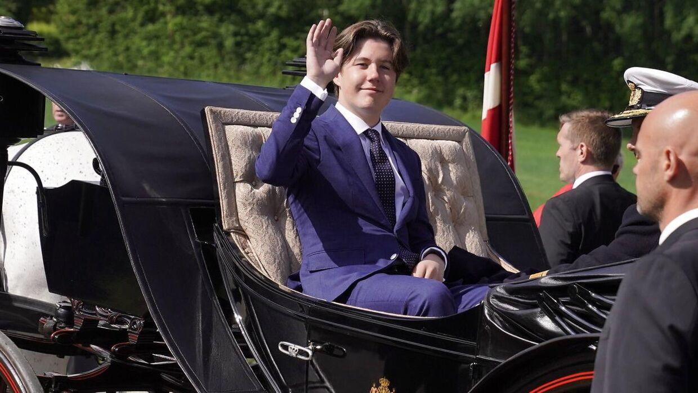 Dronningen, Kronprinsen og prins Christian kører over den gamle grænse i karet.