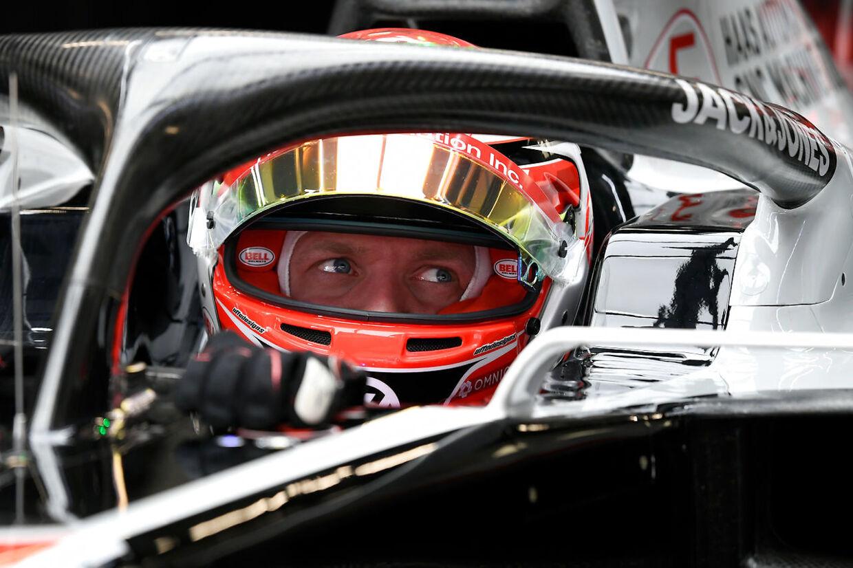 (ARKIV) HAAS F1 Team's Danish driver Kevin Magnussen sits in his car during the tests for the new Formula One Grand Prix season at the Circuit de Catalunya in Montmelo in the outskirts of Barcelona on February 19, 2020. Det er ikke nyt, at racerkørere træder ind i Formel 1 med rygsækken fuld af penge. Men de økonomiske muskler er vokset markant de seneste år, mener eksperter. Det skriver Ritzau, tirsdag den 22. december 2020.. (Foto: LLUIS GENE/Ritzau Scanpix)