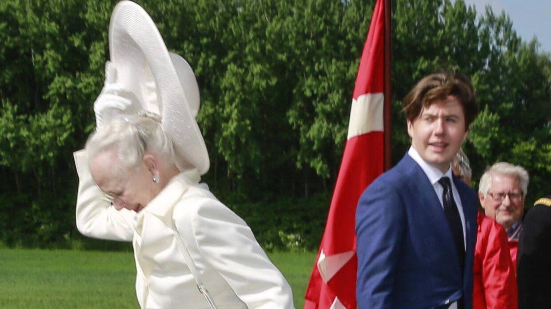 Dronningen hat røg af under markeringen af 100-året for genforeningen mellem Danmark og Sønderjylland.