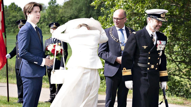 Dronningen havde voldsomme problemer med hatten hele dagen.