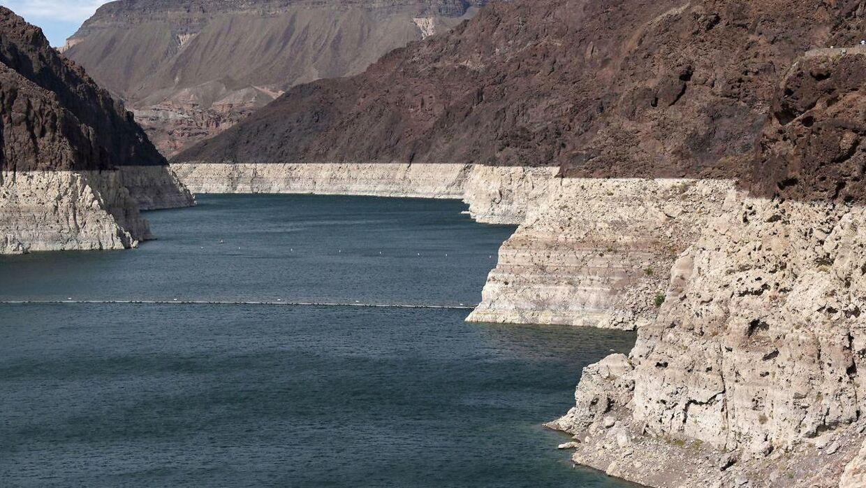Den lave vandstand er tydelig på klipperne. Billedet er taget 9. juni.