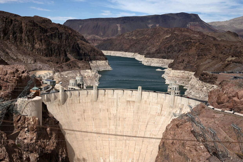 Hoover-dæmningen i forgrunden og Lake Mead i baggrunden.