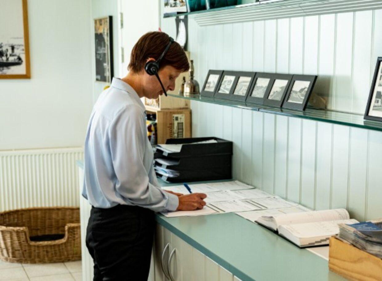 Lise Müller, receptionist og bogholder på Nymindegab Kro, må i disse dage bruge pen og papir til at holde styr på bookingerne. Hackere har nemlig sat booking-systemet 'Picasso' ud af kraft, så i alt 900 hoteller i Norden og i Irland er ramt. Foto: Privat
