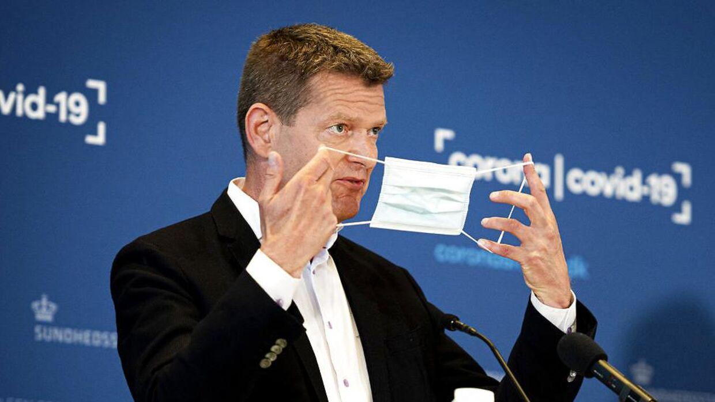 Direktør i Sundhedsstyrelsen Søren Brostrøm foreslog til sidste uges genåbningsforhandlinger, at mundbindet kunne begrænses til ståpladser i den offentlige transport. Forslaget blev til virkelighed mandag.