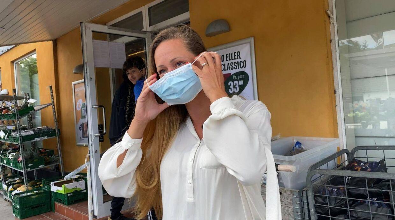 Det er blevet en del af Fies hverdag at bruge mundbind, og hun er spændt på at se, hvordan folk vil reagere på at få lov til at tage det af.