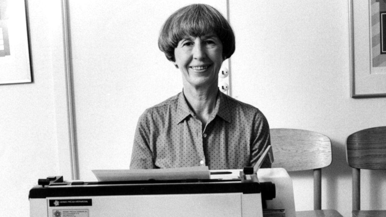 Lise Nørgaard ved skrivemaskinen.