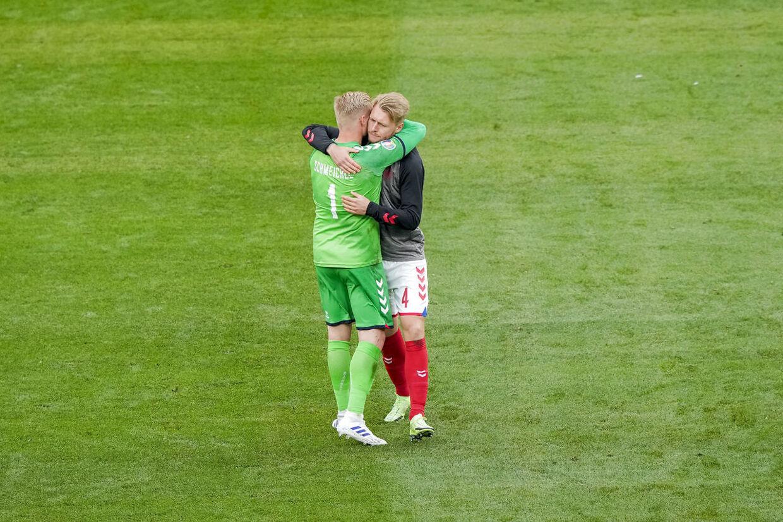 Kasper Schmeichel og Simon Kjær i de dramatiske minutter.