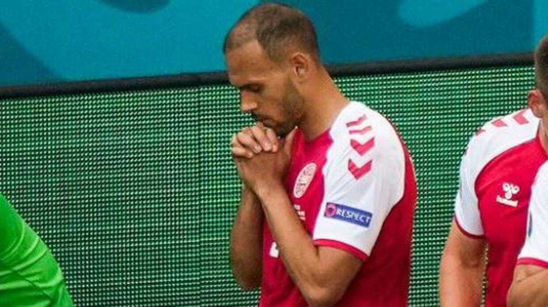 Martin Braithwaite i bøn for Christian Eriksen i lørdagens EM-kamp mod Finland.