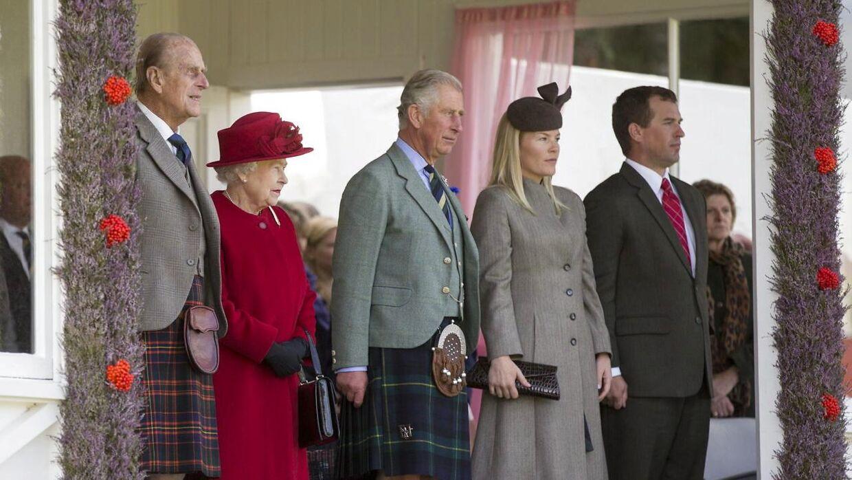 Peter og Autumn Phillips sammen med prins Charles, dronning Elizabeth og prins Philip.